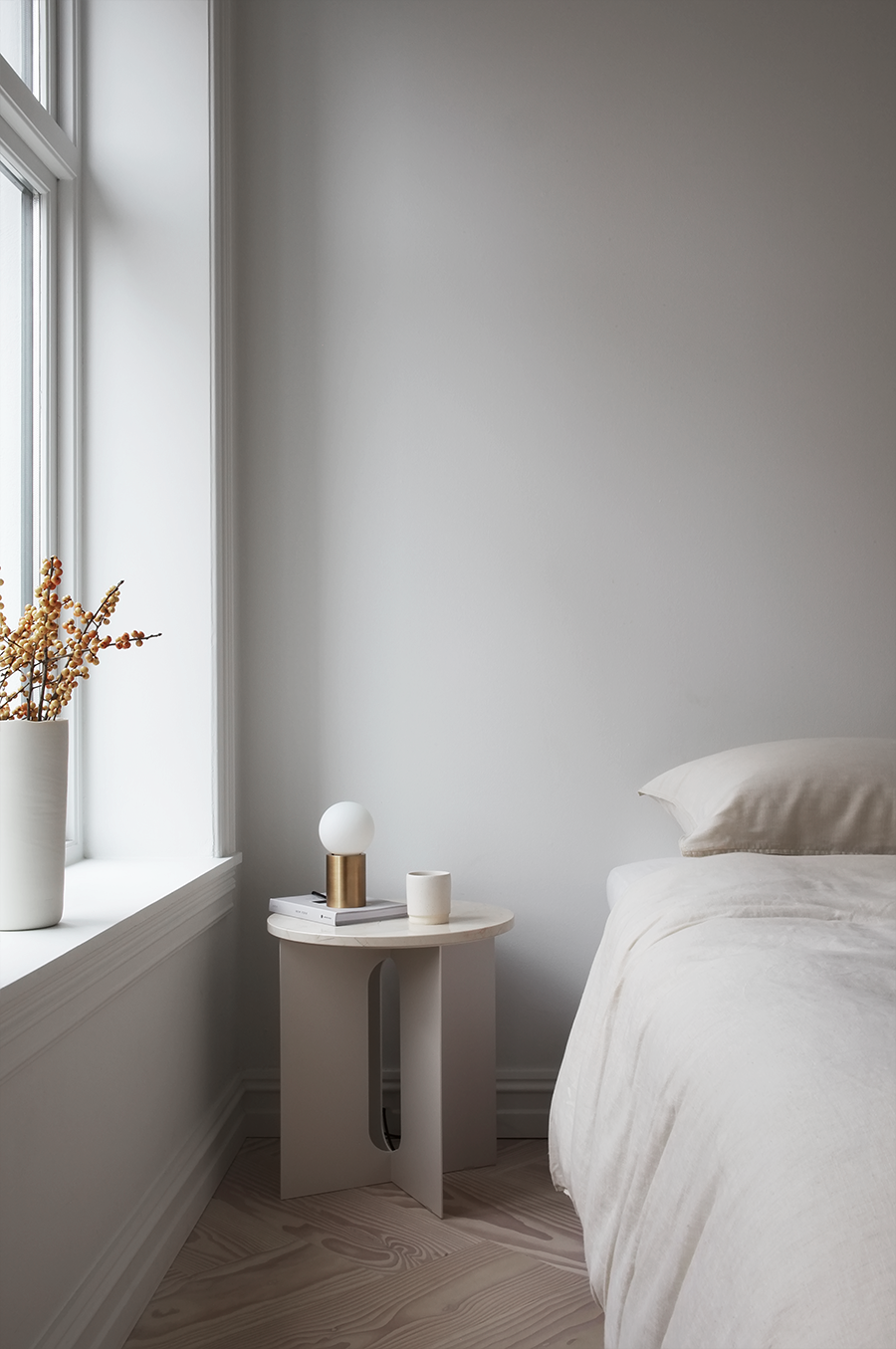 SMALL BEDROOM UPDATE WITH ANDROGYNE TABLE - ELISABETH HEIER